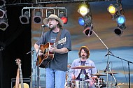 Joe-Stanton-and-the-Precious-Littles-performing-at-the-Islands-Folk-Festival-2008